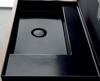 כיור מעוצב שחור מבריק לחדר האמבטיה
