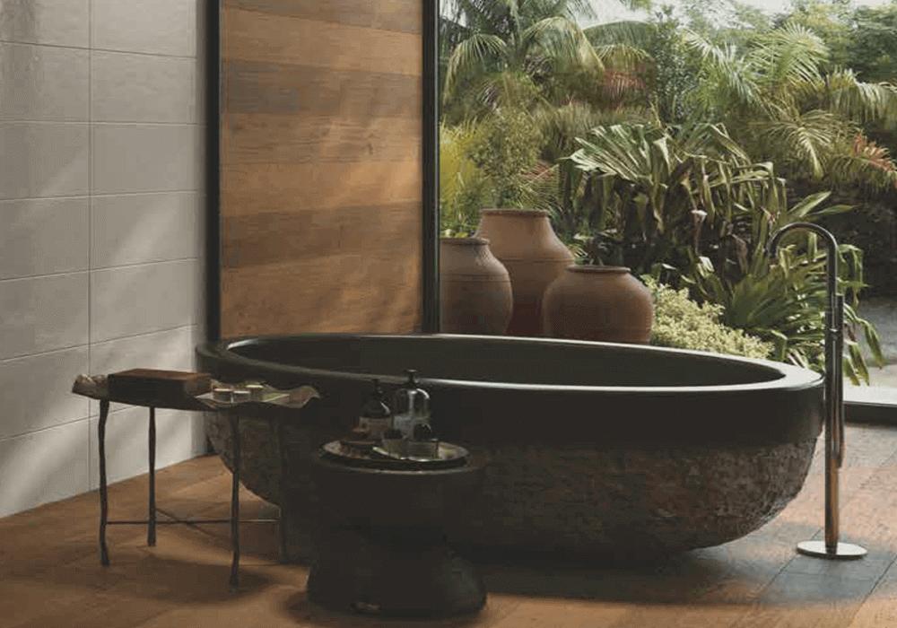 אמבטיה שחורה עם ריצוף וחיפוי דמוי פרקט לחדר האמבטיה