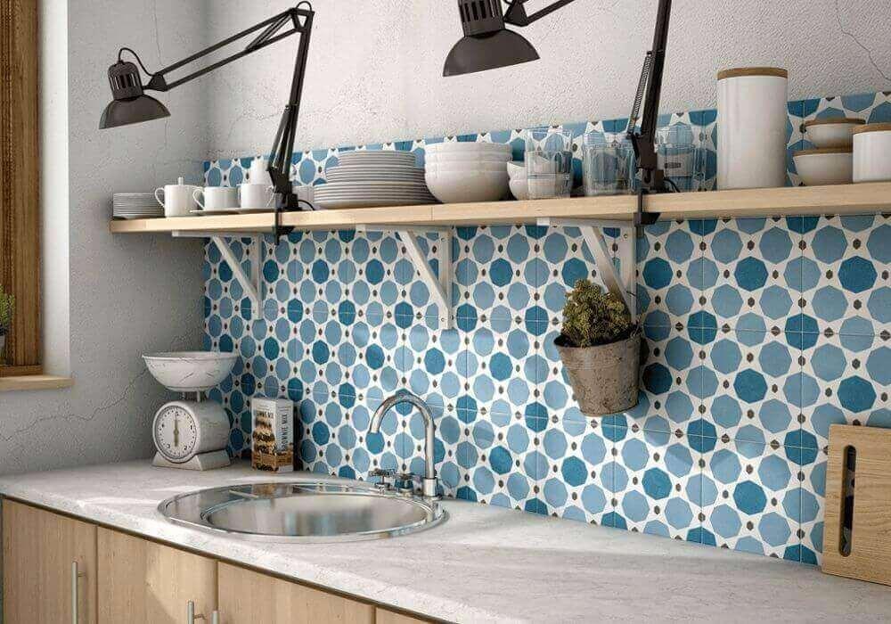 חיפוי קיר מאוייר בצבע כחול למטבח