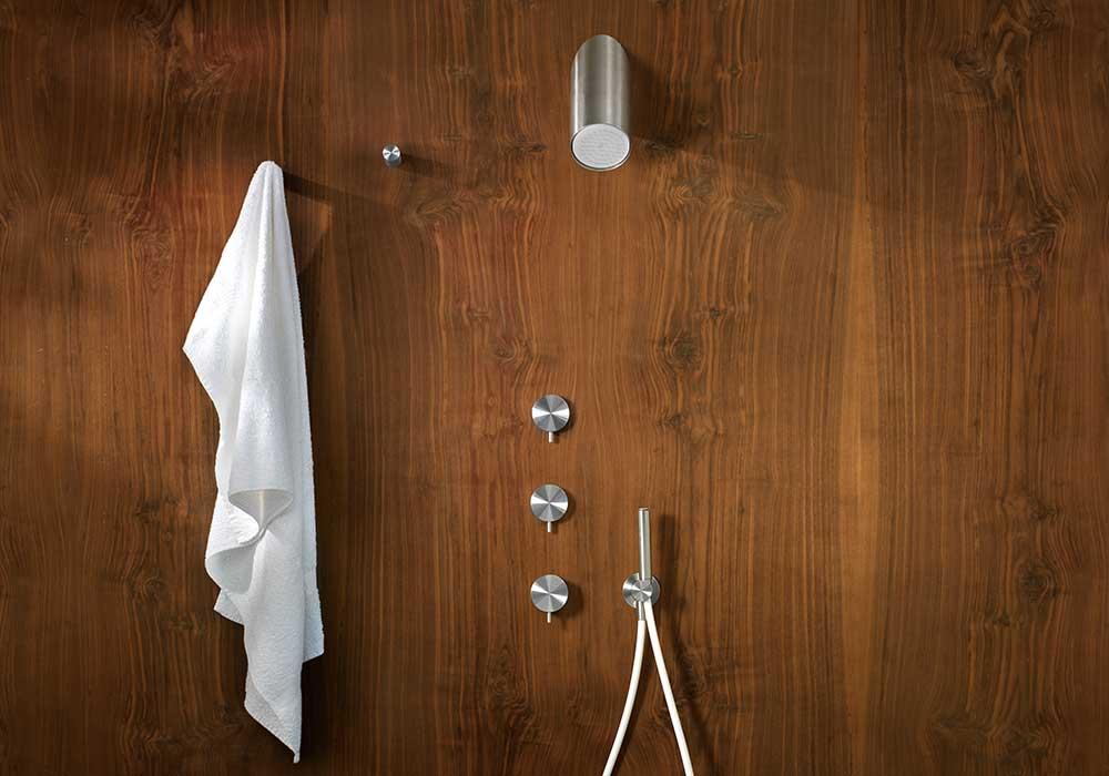 מתלה מגבת ואינטרפוץ לחדר המקלחת